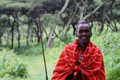 Masai-Mann, der mit seinem Sporn aufwirft stockfotografie