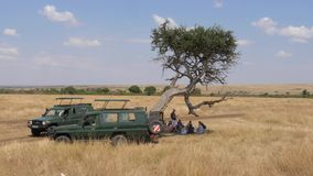 Masai Mara, Κένυα 18.2017 Ιουλίου: Τζιπ σαφάρι με τους τουρίστες στη σαβάνα που σταματούν φιλμ μικρού μήκους