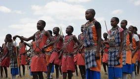 MASAI MARA, КЕНИЯ 26, АВГУСТ 2016: группа в составе мальчики maasai танцуя на градации школы koiyaki направляя в Кении сток-видео