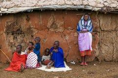 MASAI MARA, КЕНИЯ - 23-ье сентября: Деревня Masai традиционная дальше стоковая фотография rf