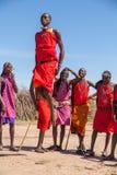 MASAI MARA, KENIA, ÁFRICA 12 DE FEBRERO: Guerreros del Masai Foto de archivo libre de regalías