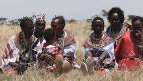 MASAI MARA, KENIA 26 SEPTEMBER, 2016: maasaivrouwen bij de graduatiedag van de koiyaki leidende school in Kenia stock footage