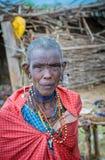 MASAI MARA, KENIA - septiembre, 23: Vieja mujer del Masai en septiembre, imagen de archivo libre de regalías