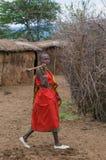 MASAI MARA, KENYA - September, 23: Ung Masaikvinna med yxa på Arkivfoton