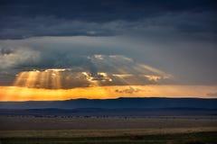 Masai Mara och Siria Escarpment på skymning arkivbild
