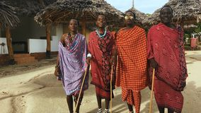 Masai plemienia tanów krajowy taniec przy zmierzchem i licytuje pożegnanie słońce 4K