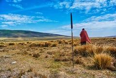 Masai que camina en el área de la protección de Ngorongoro Foto de archivo libre de regalías