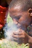 Masai que hace el fuego Imagenes de archivo