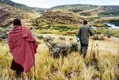 Masai som går i den Ngorongoro naturvårdsområdet arkivfoton