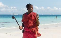 Masai sonriente con las gafas de sol en una playa Imágenes de archivo libres de regalías