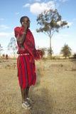 Masai wojownik używa telefon komórkowego w wiosce Nairobia park narodowy, Nairobia, Kenja, Afryka Zdjęcia Royalty Free