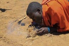 Masai y el fuego Imagenes de archivo