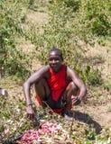 MASAIEN den MARA, KENYA, AFRIKA FEBRUARI 12 Masaimannen är Arkivfoton
