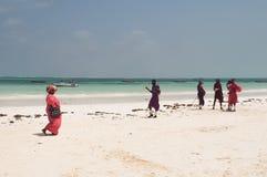 Masaifolk på stranden av Zanzibar Royaltyfria Bilder