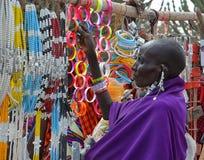 Masaifrau im Markt Stockfotos