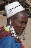 Masaifrau im perlenbesetzten Hut und im Schmuck Stockfotos