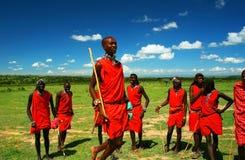 Masaikrieger, der traditionellen Tanz tanzt Stockbilder