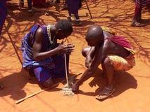 Masaikrieger, die Feuer bilden Stockbild