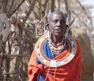Masaikvinna i traditionella klänning och smycken Royaltyfri Foto