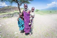 Masaikvinna med henne ungar Arkivfoton