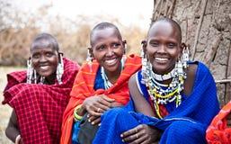 Masaikvinnor med traditionellt tanzania Arkivfoto