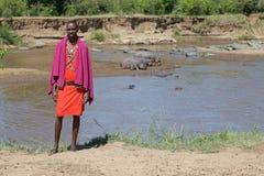Masais bemannen in dem Mara-Fluss stockfotos