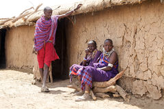 Masais bemannen und Masaifrauen lizenzfreies stockfoto