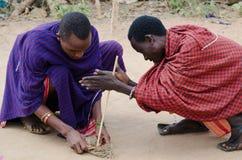 Masais qui allument l'incendie photos stock