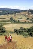 Masaiungdomar går sluttande i Rift Valley arkivfoton