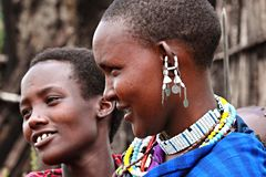 Masaivrouwen die hun traditionele toebehoren dragen royalty-vrije stock foto