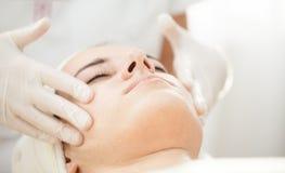 Masaje anti del facial del envejecimiento imagenes de archivo