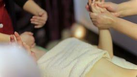 Masaje curativo de Ayurvedic almacen de metraje de vídeo