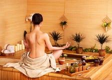 Masaje de bambú en el balneario. Imágenes de archivo libres de regalías