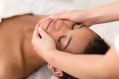 Masaje de cara del balneario Mujer que consigue el tratamiento del balneario fotos de archivo libres de regalías