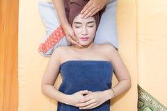 Masaje de cara del balneario para la mujer Fotos de archivo