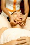 Masaje de cara en el tratamiento facial Fotografía de archivo libre de regalías