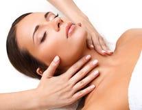 Masaje de cara. Primer de una mujer joven que consigue el tratamiento del balneario. Foto de archivo libre de regalías