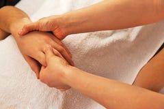 Masaje de la mano con la toalla blanca Fotos de archivo