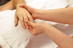 Masaje de la mano con la toalla blanca Foto de archivo libre de regalías