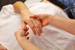 Masaje de la mano con la toalla blanca Fotografía de archivo libre de regalías