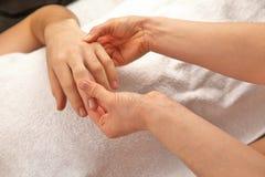 Masaje de la mano con la toalla blanca Fotografía de archivo