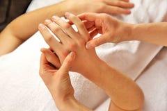 Masaje de la mano con la toalla blanca Fotos de archivo libres de regalías