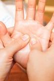 Masaje de la mano de Reflexology Foto de archivo libre de regalías
