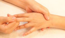 Masaje de la mano de Reflexology, tratamiento de la mano del balneario Imágenes de archivo libres de regalías
