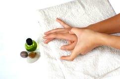 Masaje de la mano del uno mismo como parte del tratamiento alternativo Imagen de archivo