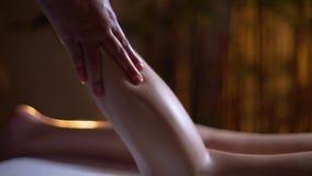 Masaje de la parte posterior de la hembra Manos de la masajista, masaje del pie metrajes