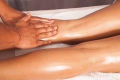 Masaje de la pierna Fotos de archivo libres de regalías