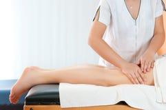 Masaje de los muslos de las piernas Fotos de archivo