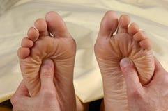 Masaje de Reflexology ambos pies Fotografía de archivo