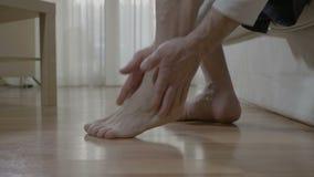 Masaje de Reflexotherapy en casa del hombre mayor con enfermedad reumática almacen de metraje de vídeo